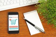 Smart Phone con il concetto online di acquisto fotografie stock libere da diritti