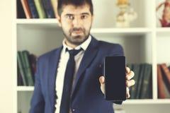 Smart Phone della mano dell'uomo fotografia stock libera da diritti
