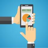 Smart Phone della tenuta della mano con analizzare grafico Immagine Stock