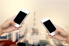Smart Phone della tenuta della mano della donna, compressa, cellulare su moto vago Immagini Stock