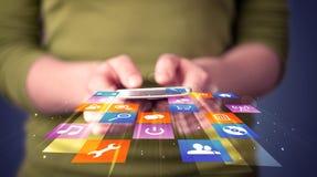Smart Phone della tenuta della donna con le icone dell'applicazione variopinte immagine stock libera da diritti