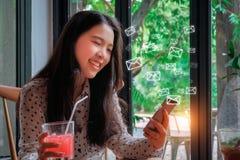 Smart Phone di uso della donna di affari con le icone del email nell'area di lavoro immagine stock