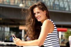 Smart Phone felice bello della tenuta della donna fuori Immagini Stock Libere da Diritti