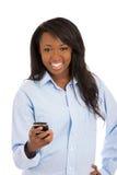 Smart Phone felice della tenuta della donna, mandante un sms fotografia stock libera da diritti