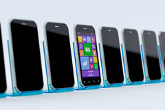 Smart Phone spenti ed uno autoalimentati sopra Immagini Stock