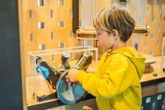 Smart pojkeforskare som gör fysiska experiment i laboratoriumet bilda begrepp upptäckt arkivbild