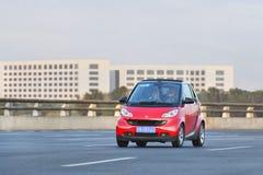 Smart rouge sur l'autoroute urbaine, Pékin, Chine Photographie stock libre de droits