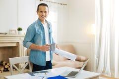 Smart säker tekniker som ler, medan dricka hans favorit- te hemma arkivfoton