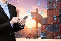Smart smartphone för bruk för affärskvinna och internet av saker arkivfoton