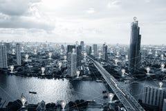 Smart stad för blå signal med GPS symbols- och nätverksanslutningar arkivbilder