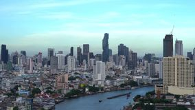 Smart stad Finansiella område, skyskrapabyggnader och Chao Phraya River Bangkok city med blå himmel på middagen, Thailand stock video