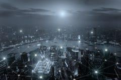 Smart stadsscape och begrepp för nätverksanslutning, trådlös signal Royaltyfri Foto