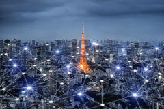 Smart stadsscape och begrepp för nätverksanslutning, trådlös signal Fotografering för Bildbyråer