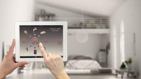 Smart system för fjärrkontrollhemkontroll på en digital minnestavla Apparat med app-symboler Oskarp inre av den moderna vinden i  royaltyfri foto