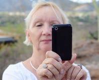 smart tagande kvinna för telefonfoto Royaltyfria Foton