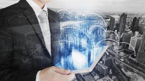 Smart teknologi, smart affär, internet 5G och nätverksanslutning Affärsman som arbetar på den digitala minnestavlan med futuristi fotografering för bildbyråer