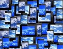 Smart-teléfonos y tabletas con imagen del cielo azul imágenes de archivo libres de regalías