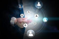 Smart telefon för affärsmaninnehav med socialt nätverksbegrepp arkivbilder