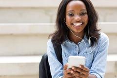Smart telefon för afrikansk högskolestudent arkivbilder