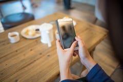 Smart telefon för asiatiskt kvinnainnehav Arkivfoton