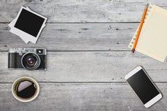 Smart telefon för gammal kameraminnestavla i retro tappningbakgrund Arkivfoto