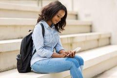 Smart telefon för högskolestudent arkivbilder