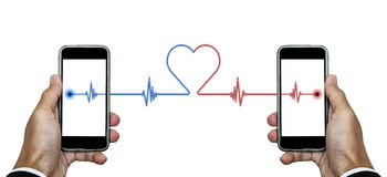 Smart telefon för handinnehav med signallinjer anslutning till en annan telefon med hjärtaform, på vit bakgrund Royaltyfri Bild