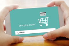 Smart telefon för handinnehav med www på backgrou för sökandestångskärm Arkivfoto