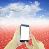 Smart telefon för handinnehav på kurvan av ett rinnande spår Arkivfoton