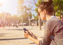 Smart telefon för internetböjelse Royaltyfria Foton