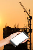 Smart telefon för kvinnahandhåll royaltyfri bild