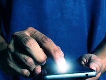 Smart telefon för manpress arkivbild