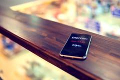 Smart telefon för mobil på kafét On-line shoppingbegrepp fotografering för bildbyråer