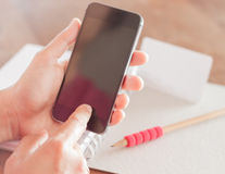 Smart telefon i en kvinnas hand Royaltyfri Bild