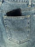 Smart telefon i jeansfack Arkivbild
