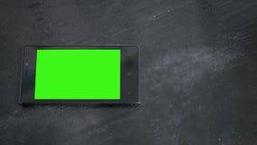 Smart telefon med den gröna skärmen på trätabellen Royaltyfri Fotografi
