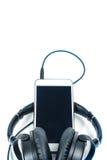Smart telefon med headphonen på vit bakgrund Royaltyfria Bilder