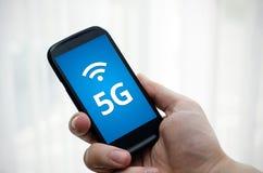 Smart telefon med kommunikation för nätverk 5G Fotografering för Bildbyråer