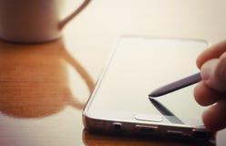 Smart telefon och digital penna royaltyfri fotografi