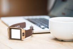 Smart telefon och kopp kaffe och bärbar dator royaltyfri bild