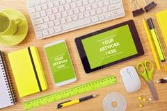 Smart telefon- och minnestavlaåtlöje upp mall på kontorsskrivbordet Kan användas för app-presentation och befordran royaltyfri bild