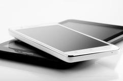Smart telefon och minnestavla på vit Royaltyfri Fotografi