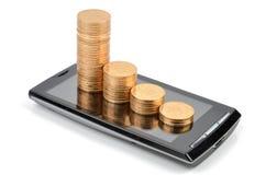 Smart telefon och mynt Arkivbilder