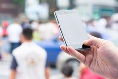 Smart telefon och stadsliv Arkivfoto