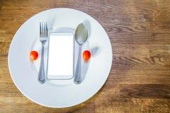 Smart telefon på den vita plattan med den snabba banan av skärmen Arkivfoton