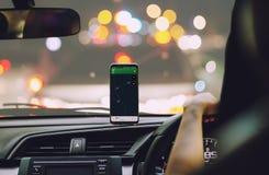Smart telefon på Gps för hållare för telefon för magnetbilmontering Royaltyfria Foton