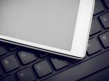 Smart telefon på tangentbordslut upp Royaltyfri Foto