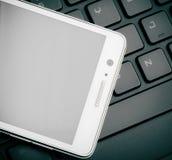 Smart telefon på tangentbordslut upp Royaltyfria Foton