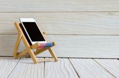 Smart telefon på trätabellbakgrund med kopieringsutrymme Fotografering för Bildbyråer