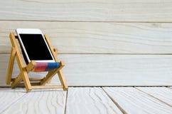 Smart telefon på trätabellbakgrund med kopieringsutrymme Royaltyfri Fotografi